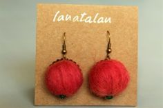 Pendientes de fieltro con lana latxa teñida con tintes naturales.  Felt earrings made with latxa wool  and dyed with natural dyes.