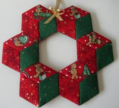 Fabric Ornaments, Xmas Ornaments, Christmas Baubles, Christmas Tree Decorations, Hexagon Patchwork, Hexagon Quilt, Christmas Sewing, Christmas Diy, Holiday