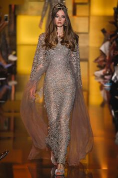 Celebrating his year of marriage with his wife Claudine, Elie Saab, embraced a color palette of gold for his fall-winter 2015 haute couture collection. Style Haute Couture, Couture Fashion, Runway Fashion, Fashion Week, Look Fashion, High Fashion, Fashion Design, Elie Saab Couture, Beautiful Gowns