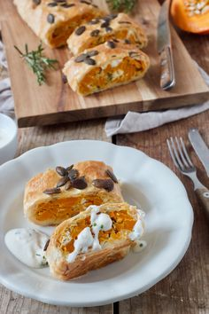 Pumpkin strudel recipe - Delicious pumpkin strudel made from puff pastry filled with pumpkin, feta cheese, pumpkin seeds and herbs. // Autumnal pumpkin strudel with feta based on a recipe by Pumpkin and Feta Strudel Recipe- A delicious vegetable st Strudel Recipes, Cheese Pumpkin, Pumpkin Pumpkin, Vegetarian Recipes, Healthy Recipes, Healthy Food, Vegetarian Lifestyle, Tasty, Yummy Food