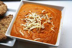 Spicy linsesuppe med gulrøtter og purreløk. 200 g linser 5 store gulrøtter 1/2 purreløk 1/2 boks hakkete tomater 1/2 boks kokosmelk  2 ts karri 1/2 ts chilipulver 1 ts ingefær Salt og pepper. Skjær puureløk og gulrøtter i biter og ha det sammen hakkete tomater og linsene i en kjele med ca. 4 dl vann. La det hele få et oppkok, ha den varme blandingen i en blender. La suppen over i kjelen igjen, tilsett de resterende ingrediensene og la suppen putre på lav varme med lokk på i ca. 20 minutter.