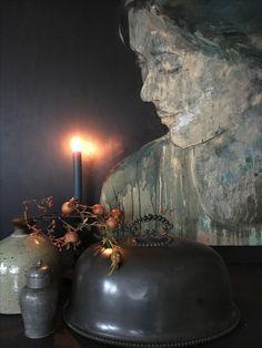 Figurative art / black walls / sober