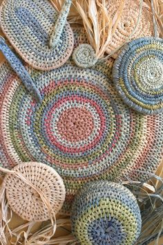Raffia Baskets Online Workshop - In this workshop you will learn five different techniques to create a coiled basket. Join us in this professionally produced and highly informative course. Diy Crafts To Sell, Handmade Crafts, Handmade Rugs, Pine Needle Crafts, Pine Needle Baskets, String Crafts, Weaving Techniques, Art Techniques, Handmade Headbands