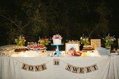A meda do bolo com um toque especial dos noivos sempre fica um charme.  D.i.y cortida de letras com barbante e letras impressas em folha A4 com a forma e o fundo que for a sua cara ❤