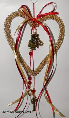Καρδιά από σύρμα σε γούρι για το 2015 Lucky Charm, Xmas Crafts, Paracord, Plant Hanger, Charms, Christmas Ornaments, Holiday Decor, Christmas Crafts, Christmas Ornament