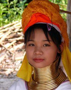 """MUJERES JIRAFA. Es asombroso el aspecto de las mujeres padaung o """"mujeres de cuello de jirafa"""", que conservan aún la costumbre de ir añadiendo aros de latón al cuello hasta formar verdaderos collarines. Este pueblo está formado por  7.000 miembros, que aunque originarios del estado de Shan en Birmania, muchos tuvieron que huir a Tailandia en los años 90 debido al conflicto con el régimen militar birmano.  http://www.youtube.com/watch?v=bJ-D1w6AS-E"""
