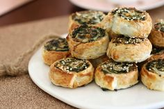 The easiest and crispiest puff pastry Spinach & Feta Pinwheels! These make the perfect party food or super simple lunchbox fillers. Easy Baking Recipes, Whole Food Recipes, Cooking Recipes, Spinach Puff Pastry, Savoury Baking, Savoury Pies, Spinach And Feta, Homemade Tacos, Thermomix
