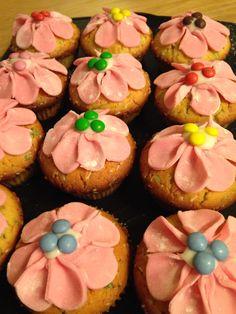 Tyttären (7v.) kanssa vietettiin eilen tyttöjen iltaa ja leivottiin Kinuskikissan uusimman Unelmien Talo & Koti lehden (4/2015) reseptillä näitä suussasulavia Funfetti-muffineita.