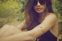 Käsivarsikoru hihattoman topin kanssa - tyylikäs! Upper arm jewelry