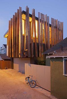 fachada interessante com jogo irregular de madeiras Rios Clementi Hale Visit zeutch.com