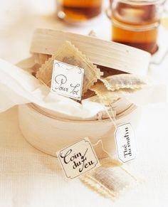 Vu dans marie-Claire Idées, des sachets de thé personnalisés glissés dans une jolie boite cadeau...