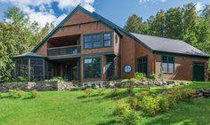Cette maison d'esprit campagnard met son architecture en valeur grâce à un revêtement de bois véritable où se mélangent élégamment un bardeau de cèdre classique ainsi qu'un bardeau victorien arrondi. Tous deux de couleur « Gingembre grillé », ils rehaussent le style rustique de la résidence tout en soulignant ses détails architecturaux. La moulure de deux pouces de la demeure vient rehausser un design des plus actuels. Style Rustique, Cedar Shingles, White Cedar, Wood Siding, Quebec City, Architecture Details, Victorian, Exterior, Cabin