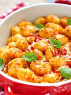 Gnocchi with tomato and provolone cheese - Volete mettere a tavola un primo facile facile, veloce veloce e assolutamente infallibile? Provate gli Gnocchi al pomodoro e provolone, non vi deluderanno! #gnocchialpomodoro