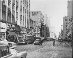Rue Ste-Catherine, près de Peel, vue vers l'est 5 janvier 1957 Quebec Montreal, Old Montreal, Montreal Ville, Montreal Canada, Quebec City, Photos Du, Old Photos, Vintage Photos, Rue Sainte Catherine