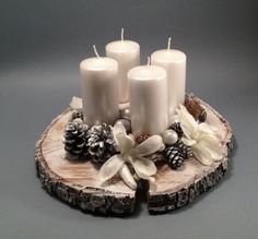 Belle, semplici e ottime da regalare (Con Tutorial) Adventní Na Bílo Adventní dekorace se čtyřmi svíčkami, průměr cca 28 cm. Christmas Table Decorations, Christmas Candles, Rustic Christmas, Winter Christmas, Christmas Home, Christmas Wreaths, Christmas Ornaments, Advent Candles, Diy Candles