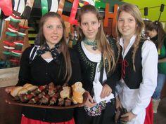 Jovenes chilenas en fiesta de Valdivia, sur de Chile Jeunes chiliennes lors de festivités dans le sud du Chili