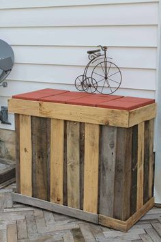 Awesome Outdoor Pallet Bar An outdoor pallet bar built from recycled pallets. The countertop is simply concrete stepping stones easily found at your nearby home improvement stor. Wooden Pallet Bar, Outdoor Pallet Bar, Wooden Pallet Projects, Pallet Crafts, Diy Pallet Furniture, Pallet Ideas, Pallet Tables, Pallet Benches, Pallet Couch