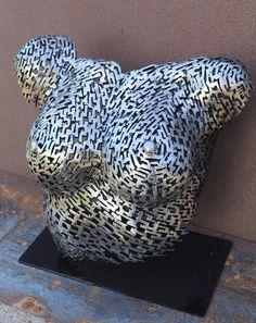 «Fragment du bonheur» fait octobre 2017 par Scott Wilkes est une sculpture en acier faite de plus d'un millier de petites tiges en acier de soudage ensemble pour créer une forme fluide douce. Son monté sur une plaque d'acier afin qu'il se tient avec grâce. Pour moi, elle est une