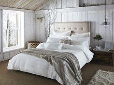 une chambre à coucher romantique en blanc et gris clair