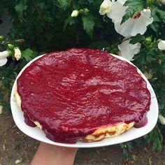 """Protein-Cheesecake Low carb/Low Fat/High Protein soooo lecker! Rezept: 1000 Gramm Magerquark mit 4 Eiern und Süßungsmittel nach Lust und Laune zu einer cremigen Masse rühren. 4 EL gemahlene Mandeln unterrühren. Im vorgeheizten Backofen (150 Grad) für Ca. 80 Minuten backen. (die Masse in eine mit Backpapier ausgelegte Springform """"26"""" geben). 125 gramm Himbeeren und 125 Gramm Brombeeren pürieren und über den Kuchen geben. Fertig Der ganze Kuchen hat nur 1300 kcal (pro Stück 160 kcal 21 Gramm…"""