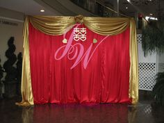 red photo backdrop for wedding backdrops and wedding Diy Photo Backdrop, Gold Backdrop, Diy Photo Booth, Burgundy Wedding, Red Wedding, Wedding Blog, Stage Decorations, Wedding Decorations, Diy Fotokabine