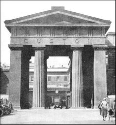Euston Arch Euston Station, Old King, Camden Town, London History, Train Pictures, Old London, Columns, Arches, Monochrome