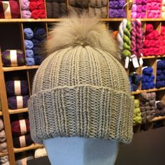 Ribbestrikket lue med pelsdusk Knits, Knitted Hats, Winter Hats, Embroidery, Knitting, Crochet, Fashion, Moda, Needlepoint