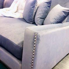 Sammetssoffa Valen. Nitar, sammet, soffa, sammetsmöbler, sammetstyg, silver, vardagsrum. http://sweef.se/sweef-lyx/220-valen-sammet-flera-storlekar.html