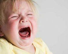 I capricci dei bambini prima della nanna Genitori che trascorrono notti insonni e che ogni sera sono costretti ad urlare e ricattare il piccolo per riuscire a metterlo a letto; bambini che fanno i capricci e l'ora della nanna sembra sempre più un miraggio. Notte dopo notte, mamma e papà sono sempre più stanchi e avviliti, ma le soluzioni ci sono. Ecco qui cosa bisogna fare.