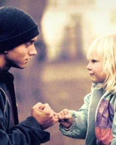 """"""" Je t'ai dis, je ne sais pas chanter. Oh d'accord, j'ai essayé. Hailie, rappelle-toi quand j'ai dis que si tu as besoin de n'importe quoi, ton père serait toujours là ! Eh bien tu sais quoi, ton père est là. Et je ne veux aller nul part. Je t'aime.   Et je vois mon bébé et tout d'un coup je ne suis plus fou. """" #Eminem #Hailie #reallove"""