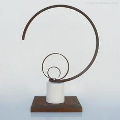 Sculpture Contemporary. Inmaculada Amor.Puesta de Sol, 2012, realizada en hierro oxidado y mármol. Autora Inmaculadaamor.com