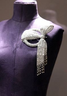 Diamond ribbon brooch from the Elizabeth Taylor collection at Christie's. To die for! #DiamondBrooches
