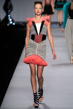 Viktor & Rolf Spring 2010 Ready-to-Wear Fashion Show - Karmen Pedaru (IMG)