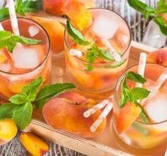 Čerstvá broskvová limonáda Peach Sangria, Fruity Cocktails, Peach Whiskey, Whiskey Sour, How To Make Sangria, Sangria Ingredients, White Zinfandel