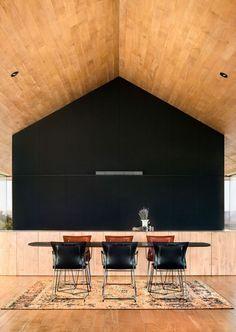 plafond bois massif, placards noir corbeau, table rectangulaire et chsies en cuir noir assorties
