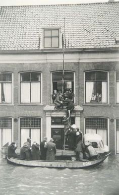Dordrecht<br />Dordrecht: Mensen worden met een ladder uit een raam op de eerste verdieping van een oudemannenhuis geholpen via de laadbak van een vrachtwagen in een bootje op het bij watersnood van februari 1953 overstroomde Bagijnhof