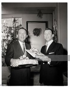 Bing Crosby and Frank Sinatra, 1957 vintage photo. Oh so cool Frank Sinatra Christmas Special. Christmas in Golden Age Hollywood. Old Hollywood, Golden Age Of Hollywood, Hollywood Stars, Classic Hollywood, Hollywood Icons, Hollywood Glamour, Christmas Shows, Christmas Ad, Christmas Specials