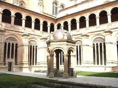 Convento San Esteban, Claustro con templete. Salamanca España.