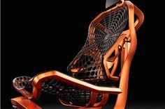 トヨタが開発した、人工クモの糸を使ったクルマのシート  軽量、強靭(きょうじん)でしなやかな「人工クモの糸」を一部に使ったクルマのシートを、トヨタ自動車が開発した。コンセプトモデル「Kinetic Seat Concept」としてフランスのパリ・モーターショーに出展する。  背面がクモの巣のような模様になっているのが目を引く。変形が容易な網状にし、座る人の身体の凹凸を包み込み荷重を分散させ、長時間運転しても疲れないようにする狙い。またシートを薄く、軽くする意味もある。さらに裏側には日本のベンチャー企業であるSpiber(スパイバー)の開発した素材「QMONOS」を採用している。