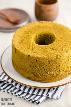 Soft & moist matcha green tea chiffon cake made with eggs, sugar, vegetable oil, cake flour, and green tea powder. Perfect for afternoon snack! Easy Japanese Recipes, Japanese Food, Chinese Recipes, Asian Recipes, Chiffon Cake, Cupcakes, Cupcake Cakes, Dessert Cake Recipes, How To Make Cake