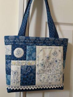 Patchwork denim bag purses ideas for 2019 Sacs Tote Bags, Quilted Tote Bags, Patchwork Bags, Japanese Patchwork, Patchwork Cushion, Patchwork Quilting, Reusable Tote Bags, Fabric Purses, Fabric Bags
