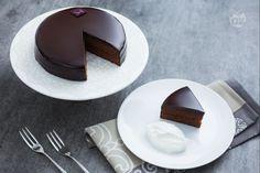 La Sachertorte è il dolce tipico della tradizione austriaca ed è sicuramente la torta al cioccolato più conosciuta al mondo.