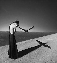 Les auto-portraits surréalistes de la photographe hongroise Noell S. Oszvald, agée seulement de 22 ans, et qui pratique la photographie depuis seulement un an. Un joli travail en monochrome, avec une dimension particulière accordée aux lumières et aux ombres, qui donne aux photographies de Noell S. Oszvald cette atmosphère si spéciale…