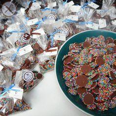 Semana passada mandamos nossos deliciosos pixels para os clientes do Ateliê Oral. Feitos com uma mistura de chocolate ao leite e chocolate meio amargo cobertos por confeitos coloridos, alegram o dia de qualquer um... Encomende os seus através do nosso email nuageduchocolat@gmail.com ou através do nosso Whatsapp 11 964562067