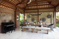 votre villa privée à Bali avec un service sur mesure: table prête pour votre déjeuner à présent :) #BaliRental #BaliVacation #BaliDinner