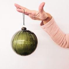 Christbaumkugel in wunderschönen Grün. Kitsch, Christmas Bulbs, Holiday Decor, Home Decor, Minimalism, Home Decor Accessories, Christmas, Dekoration, Nice Asses