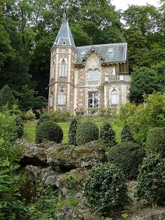 gardens of Château de Marqueyssac, ~ located in Dordogne, in southwestern France Beautiful Buildings, Beautiful Homes, Beautiful Places, Hello Beautiful, House Beautiful, Architecture Cool, Fairytale Cottage, Fairytale Castle, Enchanted Castle