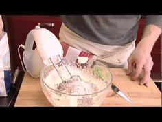 Marianne-mansikka kääretortussa maistuvat Marianne-karkit ja marjat. Tämä herkullinen jälkiruoka on helppo valmistaa ja aikaakin resepti vie alle 30 minuuttia. Icing, Desserts, Food, Mascarpone, Tailgate Desserts, Deserts, Essen, Postres, Meals