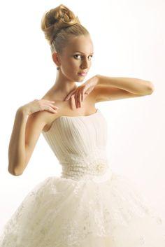 me encanta este espectacular traje de novia para tu #boda y el moño también