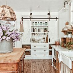 Kitchen Remodel Ideas - Farmhouse kitchen style will be perfect idea if you want to have family gathering in your kitchen during meal time. Country Kitchen Farmhouse, Modern Farmhouse Kitchens, Home Kitchens, Farmhouse Design, Farmhouse Decor, Dream Kitchens, Vintage Farmhouse, Vintage Kitchen, Farmhouse Sinks